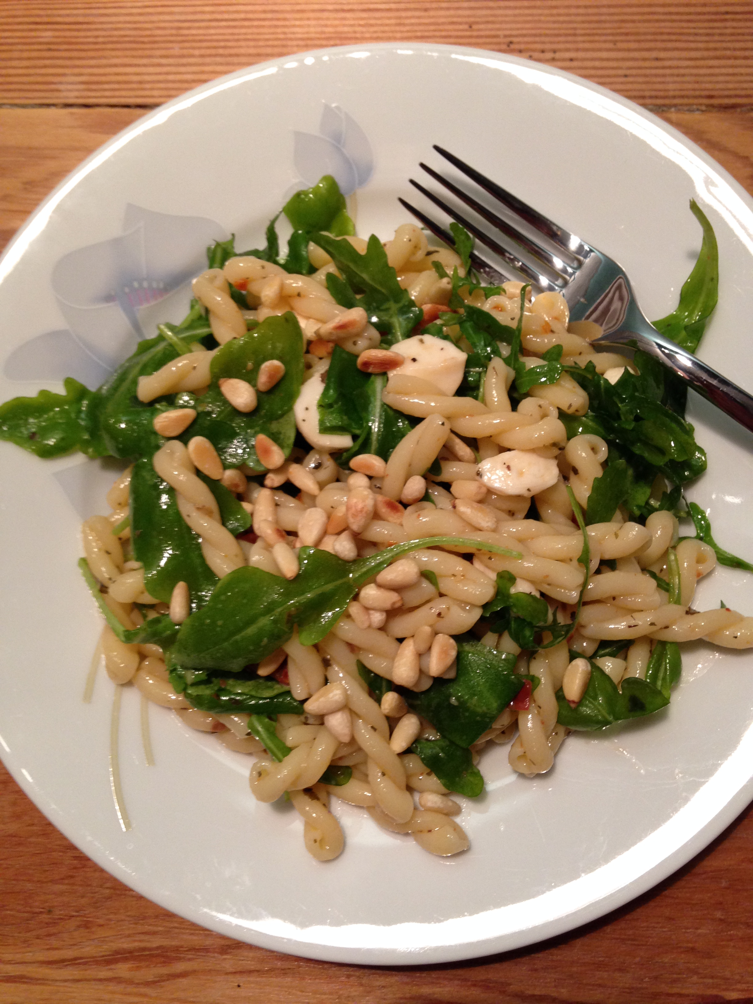 pasta rucola salat mit getrockneten tomaten & pinienkerne | pasta rocket salad with sundried tomatoes & pine nuts | vegan