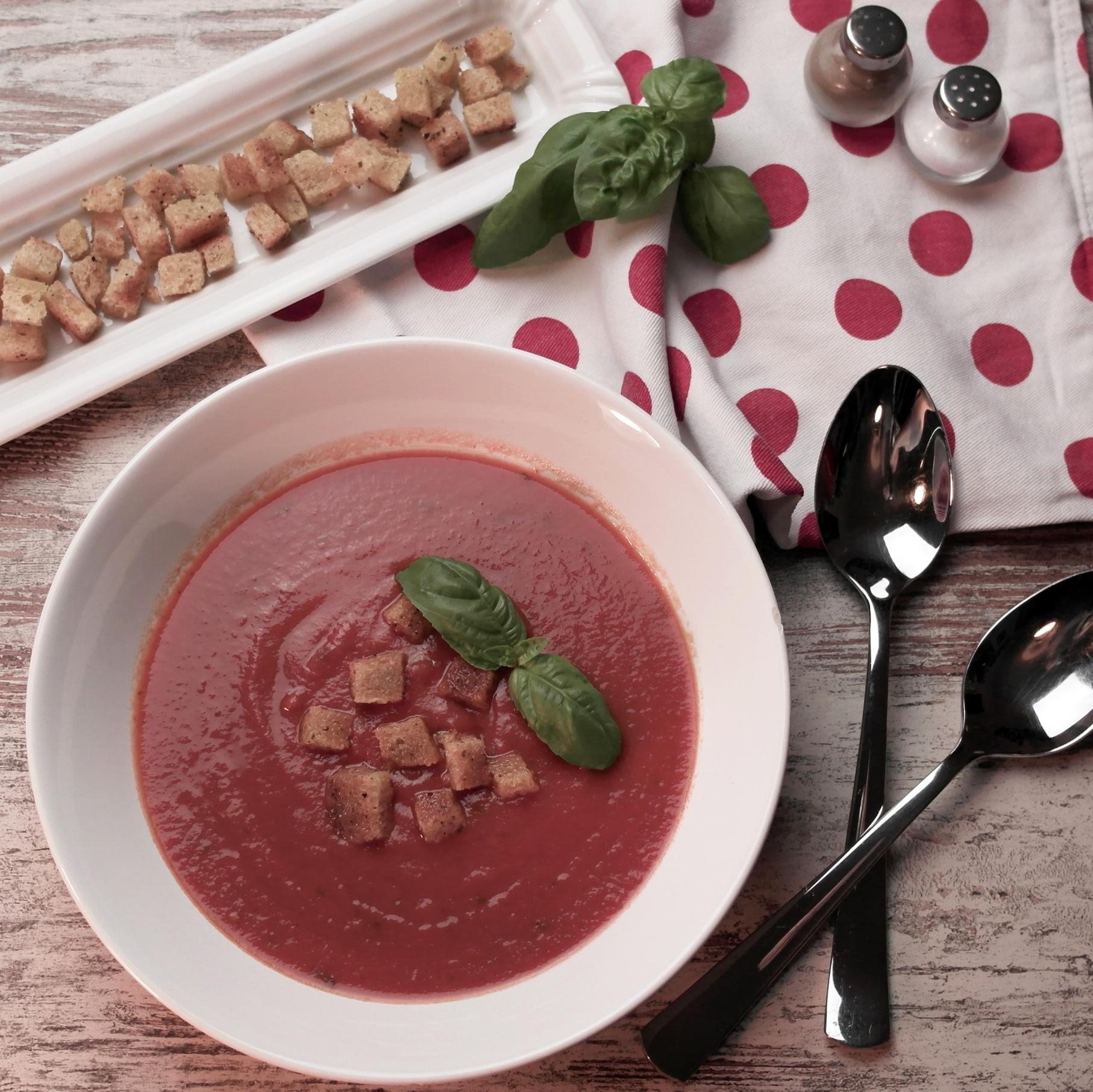 fruchtige tomatensuppe mit knusprigen croûtons | fruity tomato soup with crispy croutons (vegan) ❤