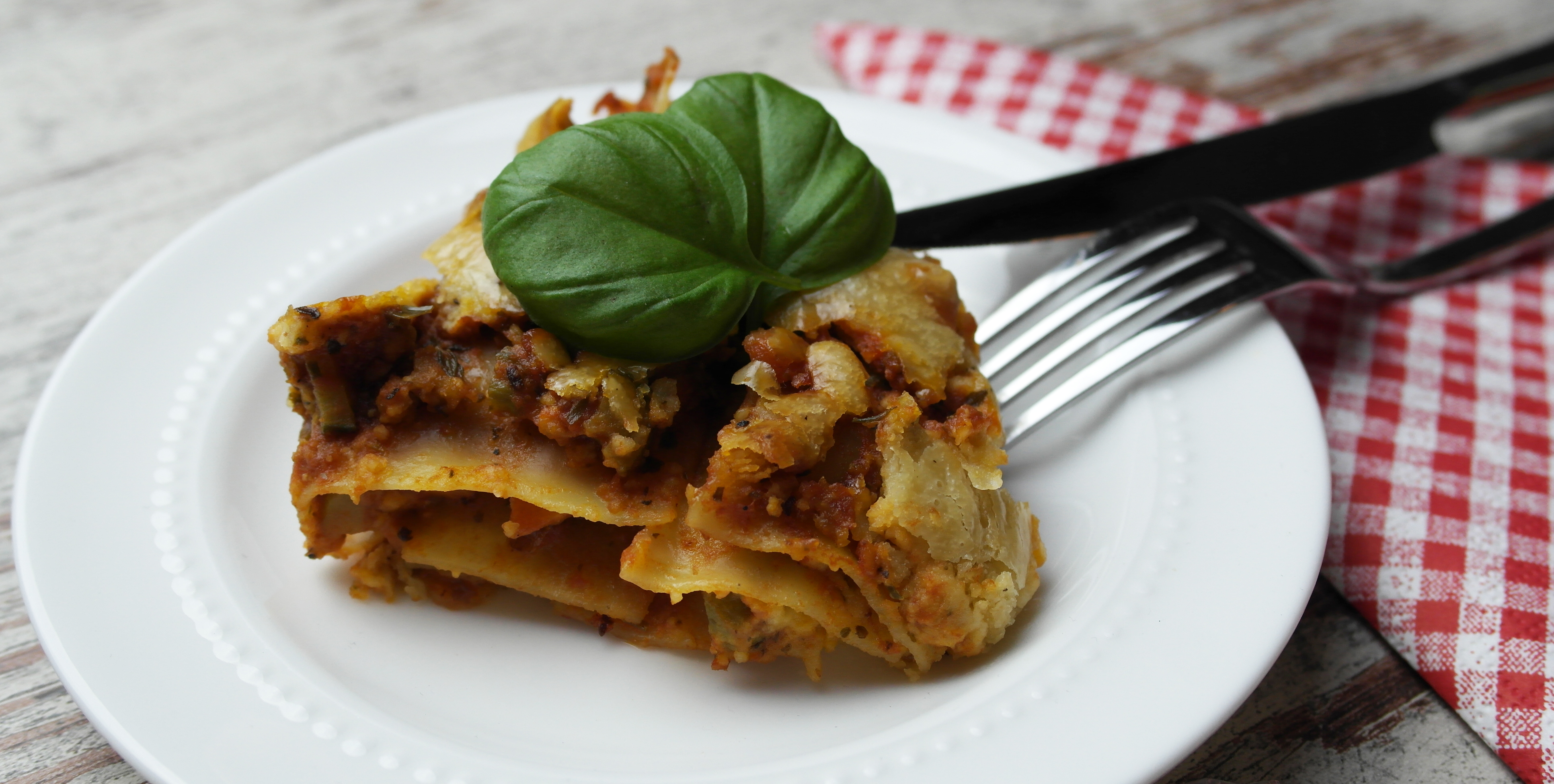 love is in the air: vegane tofu lasagne mit mandelmus-käse oder vegane bolognese sauce | vegan tofu lasagna with almond paste cheese or: yummy vegan sauce bolognese ❤