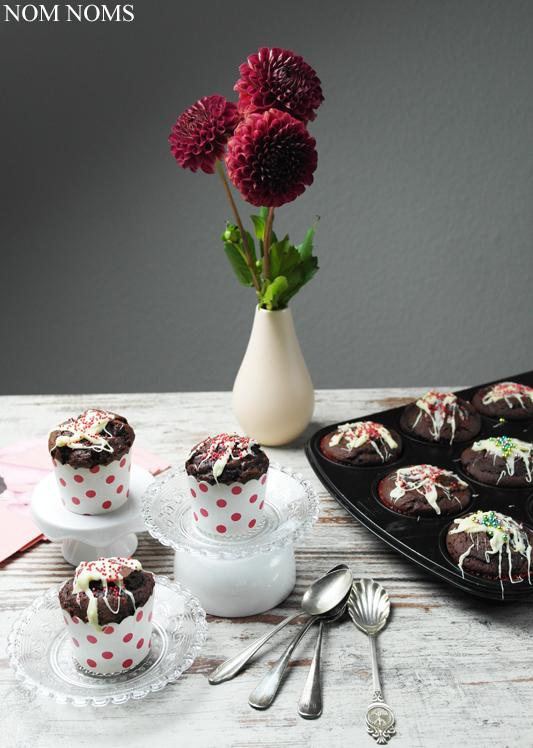 Fluffige Schokoladen-Muffins mit Cheesecake-Füllung | Knuspergeburtstagsgruß fürs Knusperstübchen #knuspergeburtstag ❤