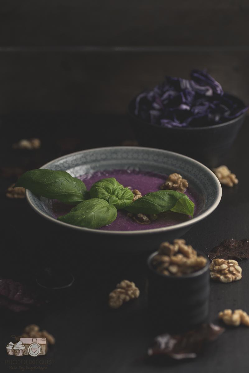 {#nomnomsguests} rotkohlsuppe mit walnüssen | indra von photolixieous (vegan)
