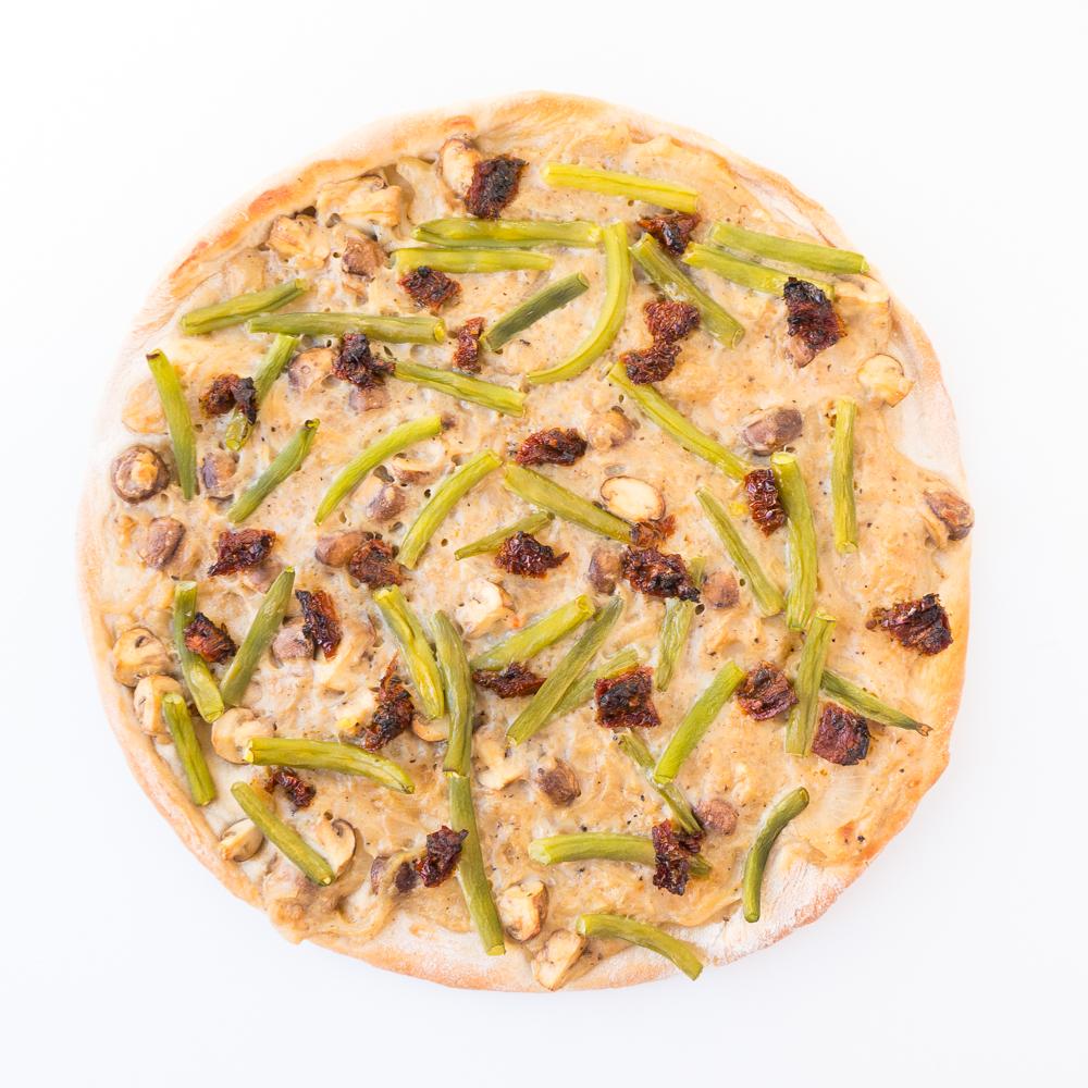 {#nomnomsguests} vegane pizza mit grünen bohnen und eingelegten tomaten | arne von the veg(etari)an diaries (vegan)