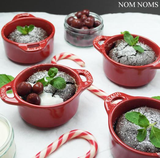 {food blogger adventskalender} schokoladen-küchlein mit vanillesoße und kirschen (vegetarisch) ❤