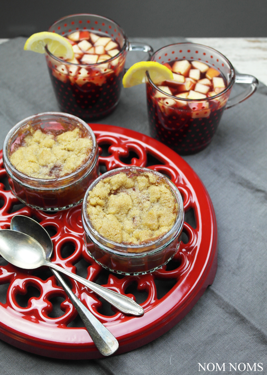 würziger rotwein-apfel-crumble mit heißem rotwein-apfel-punsch | fruity red wine apple crumble with hot red wine apple punch (vegan) ❤
