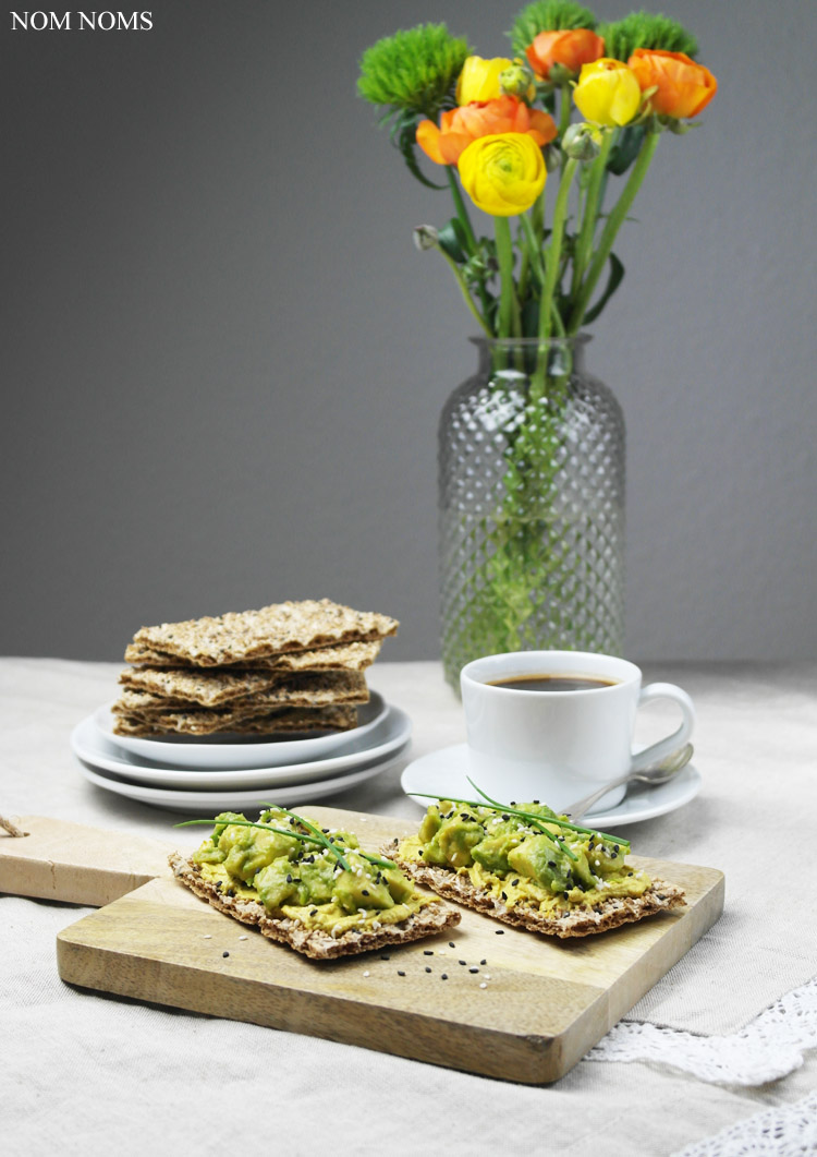{knusper frühstück} müsli knäckebrot verliebt in mango & joghurt | sesam knäckebrot mit curry-aufstrich & avocado (reklame)