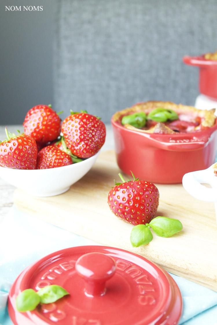 {#cocöttchenliebe} auflauf mit ziegenfrischkäse, erdbeeren und balsamico   casserole with soft goat cheese, strawberries and balsamic vinegar (vegetarian) ❤