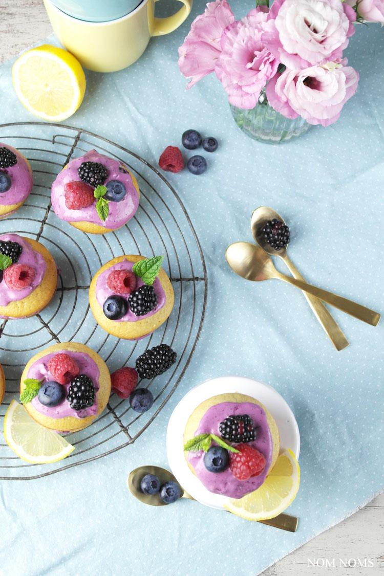 mini naked cakes: zitronen muffin-küchlein mit blaubeer-frischkäse   small naked cakes: lemon muffins with blueberry cream cheese frosting (vegetarian)
