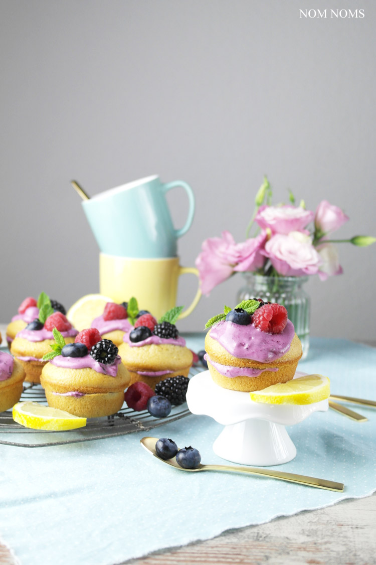 mini naked cakes: zitronen muffin-küchlein mit blaubeer-frischkäse | small naked cakes: lemon muffins with blueberry cream cheese frosting (vegetarian)