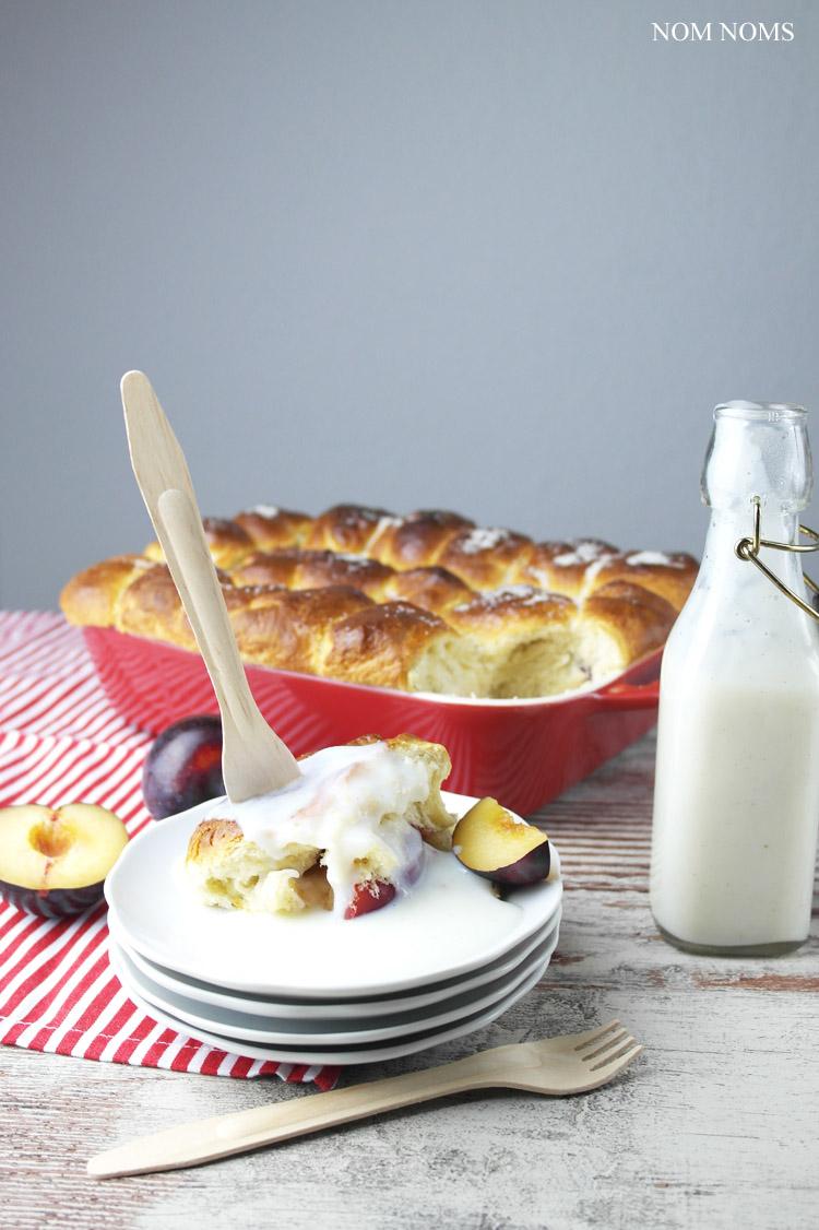 frisch aus dem ofen: buchteln mit pflaumen & veganer vanillesoße | oven-baked yeast dumplings with plums & vegan vanilla sauce (vegetarian) ❤