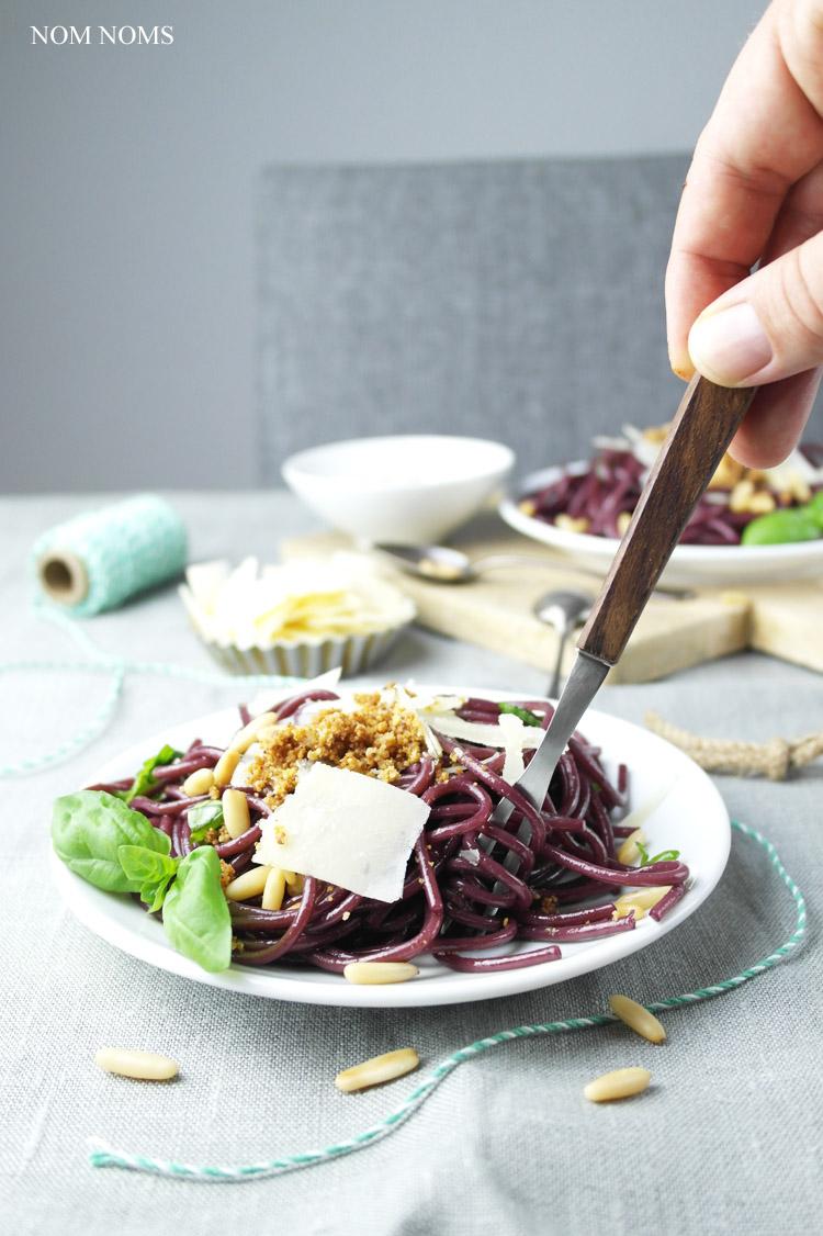 drunken pasta: rotwein-spaghetti mit parmesan, basilikum & bröseln | red wine pasta with parmesan, basil & crispy breadcrumbs (vegan) ❤