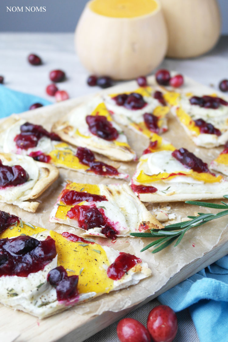 flammkuchen mit butternut-kürbis, ziegenkäse und cranberry soße | tarte flambée with butternut, goat cheese and cranberry sauce (vegetarian)