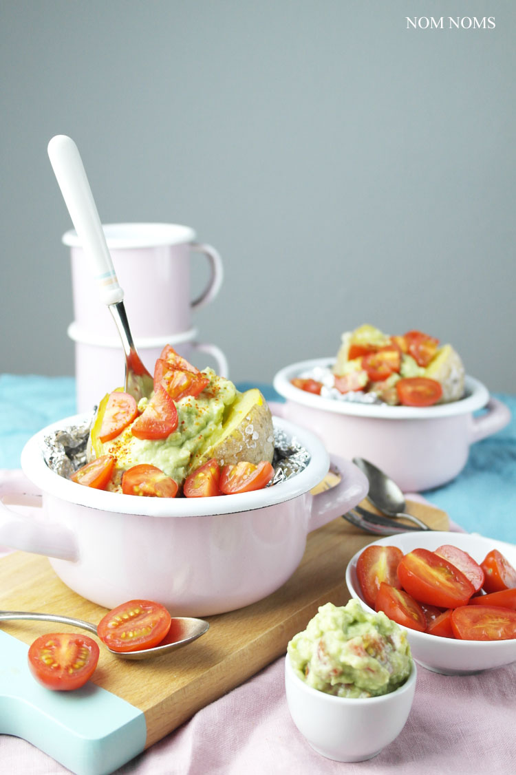 ofenkartoffel mit avocado-tomaten-salsa | baked potato with avocado tomato salsa (vegan) ❤