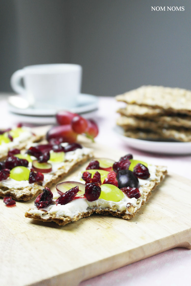 knäckebrot im ziegenfrischekäse, weintrauben und cranberries | crispbread with soft goat cheese, grapes and cranberries ❤