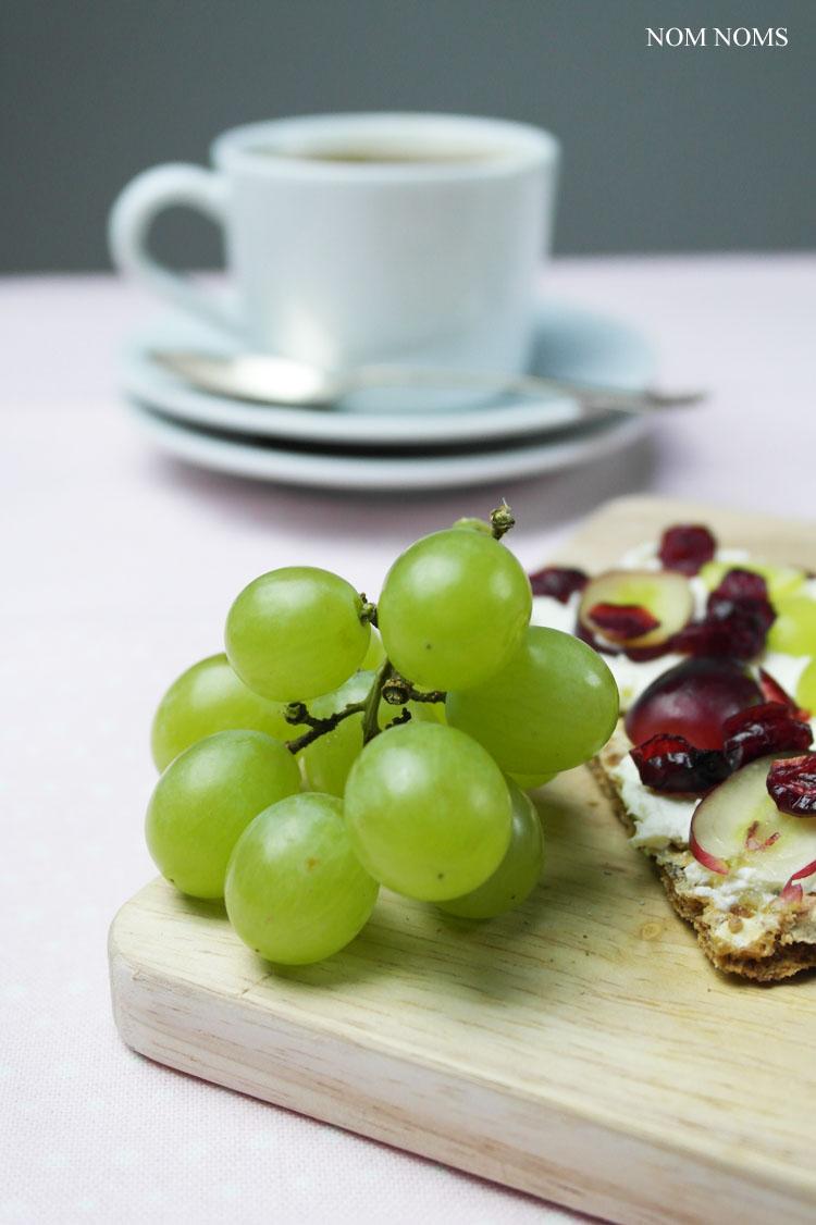 knäckebrot im ziegenfrischekäse, weintrauben und cranberries | crispbread with soft goat cheese, grapes and cranberries ❤