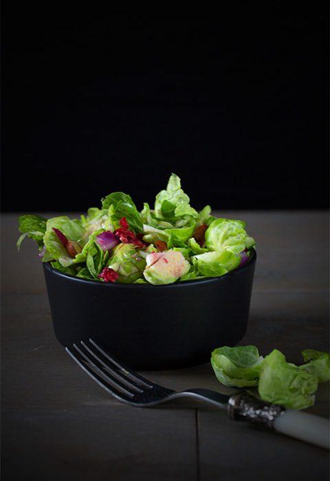 rosenkohl-salat mit granatapfel und zitrone