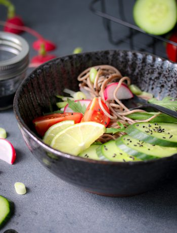 black sesam-bowl mit soba-buchweizennudeln