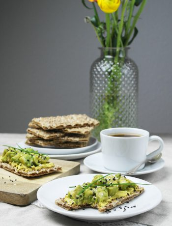 müsli knäckebrot verliebt in mango & joghurt | sesam knäckebrot mit curry-aufstrich & avocado