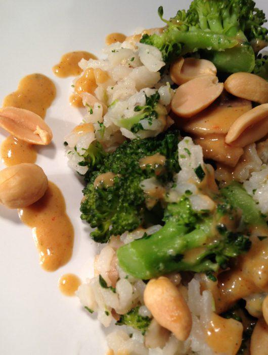 champignon-brokkoli-reispfanne mit erdnusssauce und knackigen erdnüssen | mushroom-broccoli-rice-pan with peanut sauce and crunchy peanuts
