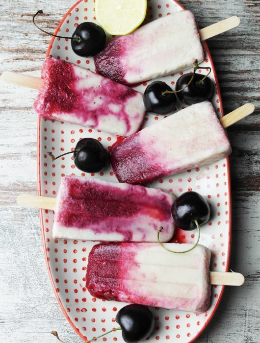 eisliebe: kirsch-bananen-popsicles mit limette (kiba-eis) | ice cream love: cherry banana popsicles with lime