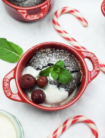 schokoladen-küchlein mit vanillesoße und kirschen