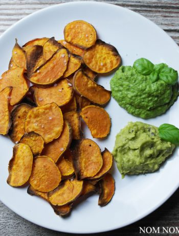 knusprige süßkartoffelchips mit avocado- & erbsen-dip | crispy sweet potato chips with avocado & peas dips
