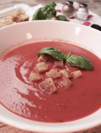 fruchtige tomatensuppe mit knusprigen croûtons | fruity tomato soup with crispy croutons