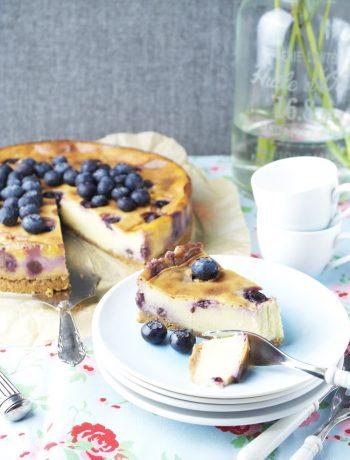 käsekuchen auf schwedisch: mit haferkeks-boden & blaubeeren | swedish cheesecake: with flapjack crust & blueberries