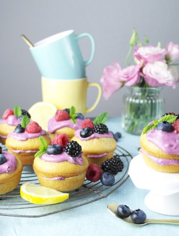 mini naked cakes: zitronen muffin-küchlein mit blaubeer-frischkäse | small naked cakes: lemon muffins with blueberry cream cheese frosting