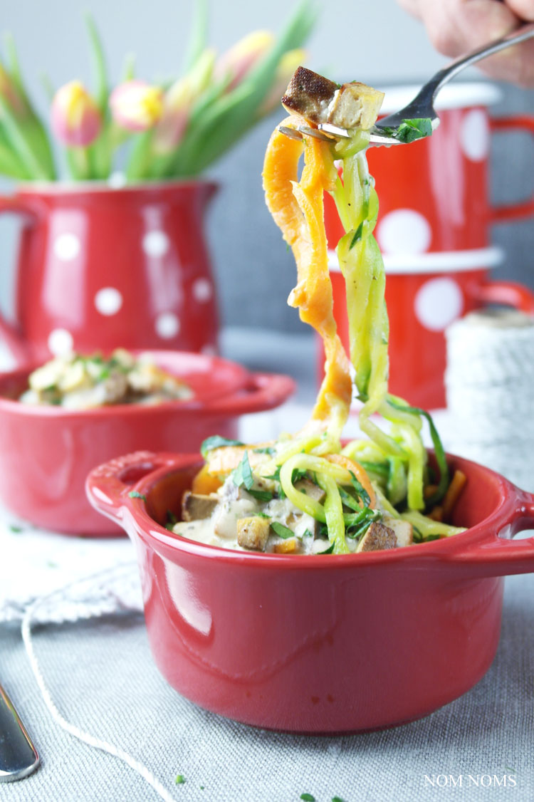gemüse-spaghetti mit veganer carbonara | vegetable spaghetti with vegan carbonara
