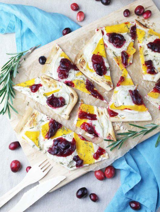 flammkuchen mit butternut-kürbis, ziegenkäse und cranberry soße | tarte flambée with butternut squash, goat cheese and cranberry sauce
