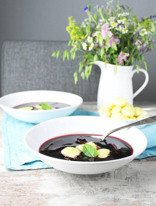 {zwilling #kochtopfreise} fliederbeeren-suppe mit apfel und grießklößchen (holundersuppe)