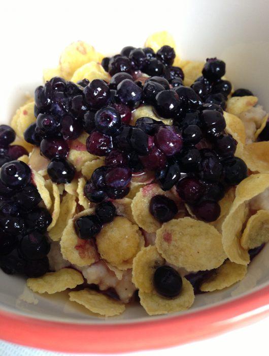 soy yogurt with amaranth, cornflakes & blueberries | soja-jogurt mit amaranth, cornflakes & blaubeeren