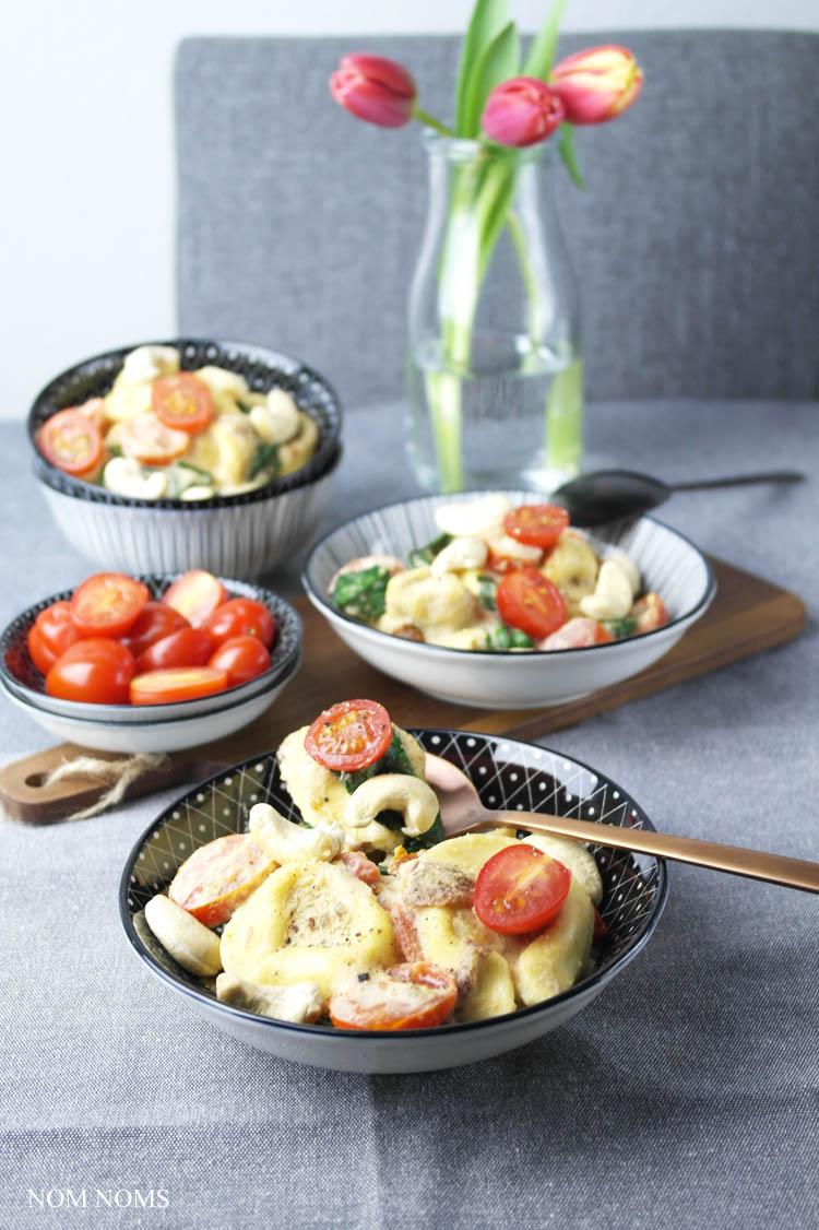 one pan pasta: tortelloni mit cashew-sahne-sauce, tomaten & babyspinat | one pan pasta: tortelloni with cashew-cream-sauce, tomatoes & baby spinach ❤