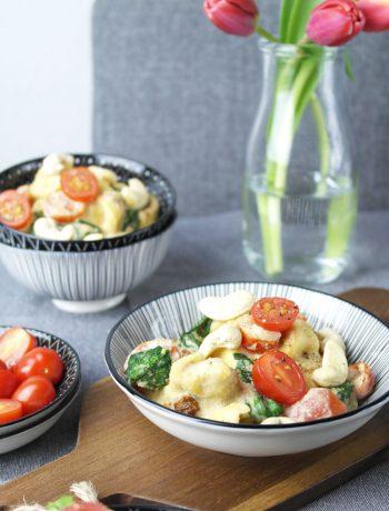 one pan pasta: tortelloni mit cashew-sauce, tomaten & babyspinat