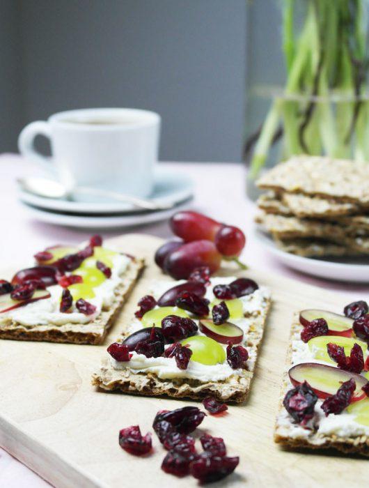 Knäckebrot mit Ziegenfrischkäse, Weintrauben und Cranberries