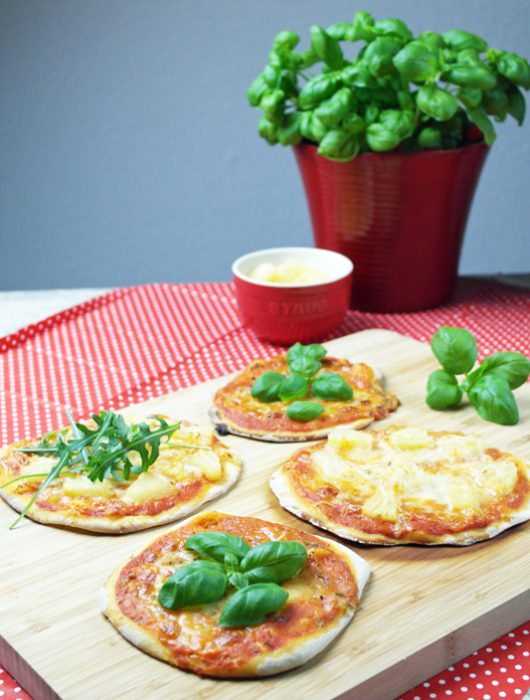 mini margherita pizza & mit ananas | mini margherita pizza & with pineapple
