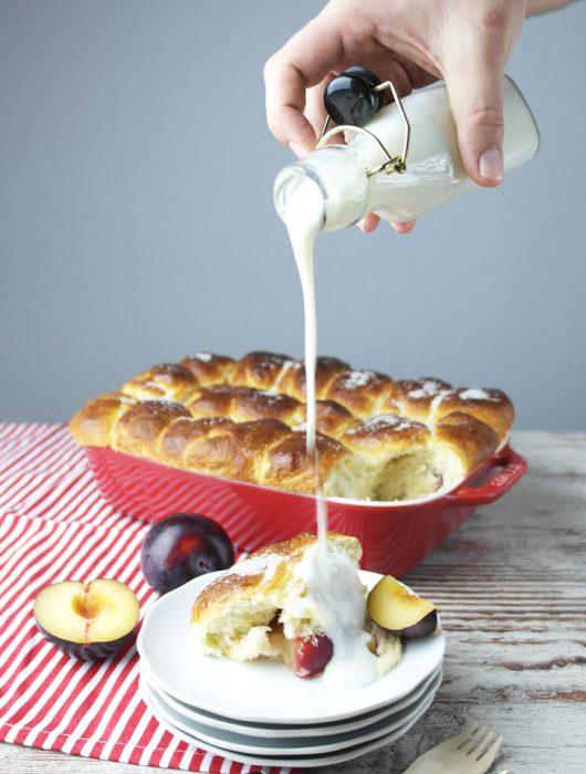 frisch aus dem ofen: buchteln mit pflaumen und veganer vanillesoße | oven-baked yeast dumplings with plums and vegan vanilla sauce ❤