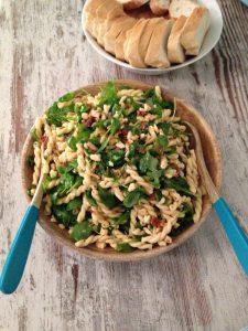 pasta rucola salat mit getrockneten tomaten & pinienkerne | pasta rocket salad with sundried tomatoes & pine nuts