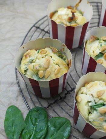 spinat-feta-muffins mit pinienkernen | spinach feta muffins with pine nuts