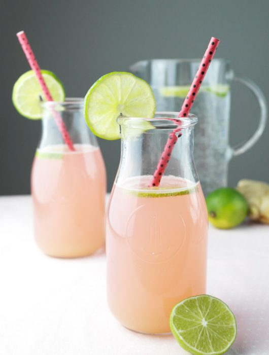 spritzige rhabarber limonade mit ingwer | fizzy rhubarb lemonade with ginger