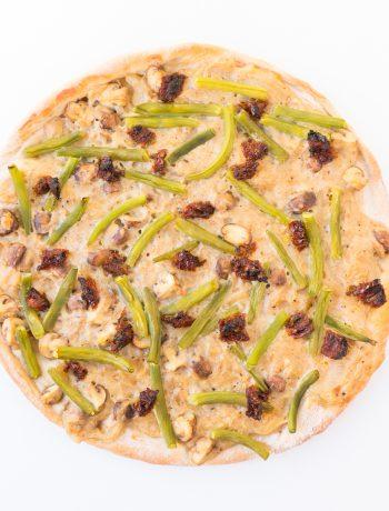 vegane pizza mit grünen bohnen und eingelegten tomaten