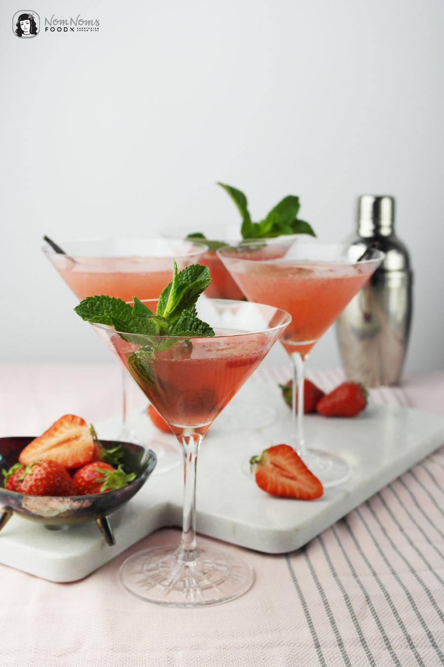 Cocktail-Klassiker: Erdbeer-Cosmopolitan mit Vanille oder Minze | Cocktail Classic: Strawberry Cosmopolitan with Vanilla or Mint