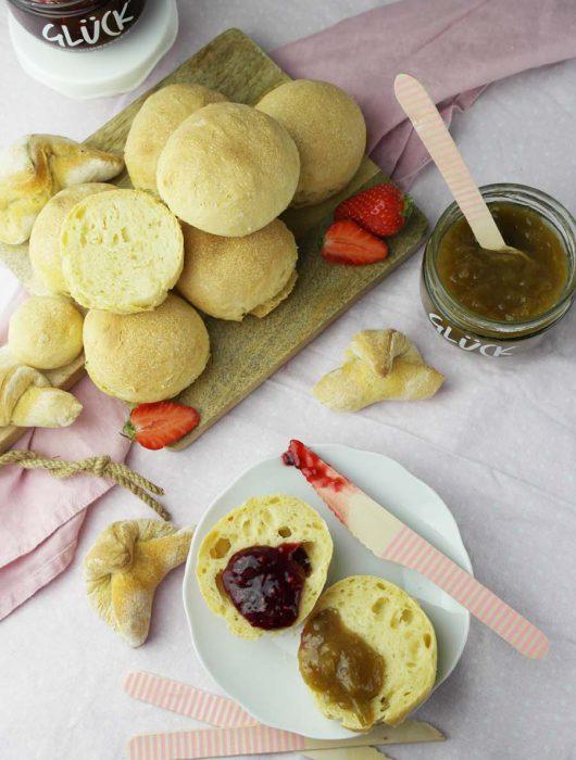 Marmeladen GLÜCK mit schnellen veganen Buttermilch-Brötchen