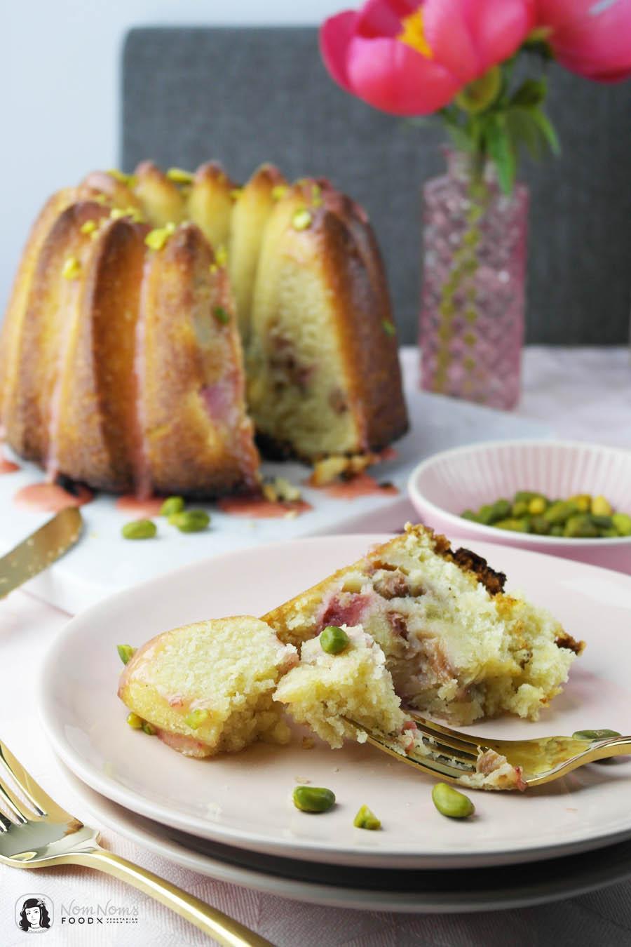 Fluffiger saftiger Rhabarber-Rührkuchen mit Erdbeer-Glasur und Pistazien ❤