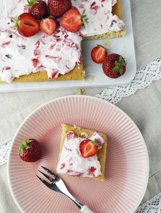 Bananen-Blondies mit Erdbeer-Frischkäse-Creme