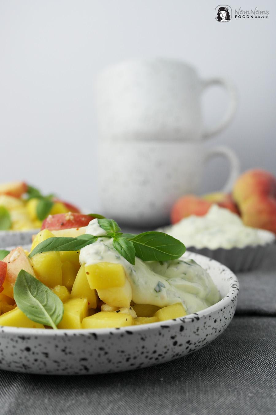 Sommer-Salat: Mango-Pfirsich-Mozzarella-Salat mit Pfeffer und Basilikum-Dressing