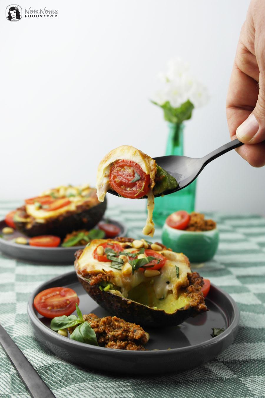 Überbackene Avocado mit rotem Pesto
