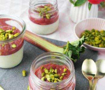 Vegetarisches Buttermilch-Panna-Cotta mit Rhabarber-Kompott und Pistazien