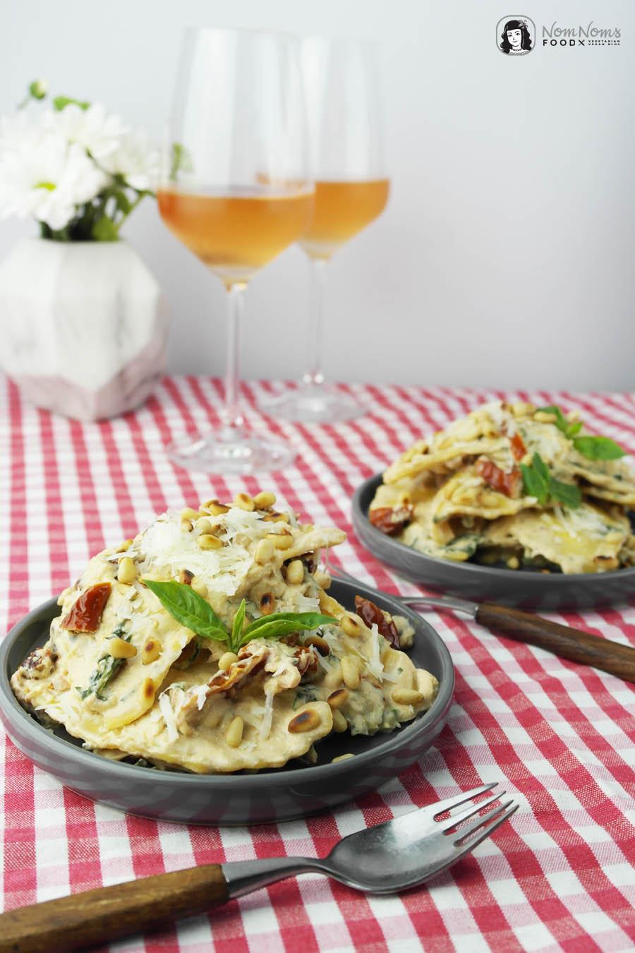Mozzarella-Mezzelune Pasta mit getrockneten Tomaten in Ricotta-Basilikum-Soße