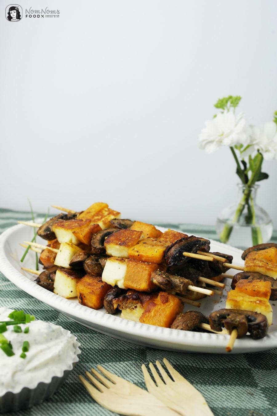 Vegetarisch Grillen: Halloumi-Süßkartoffel-Champignon-Spieße mit würzigem Kräuter-Quark